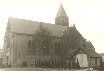 Kerk met knekelhuisje in de jaren '70. Bron: Parochiearchief Huisseling